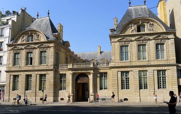 1024px-P1190741_Paris_IV_rue_St-Antoine_hotel_de_Sully_rwk