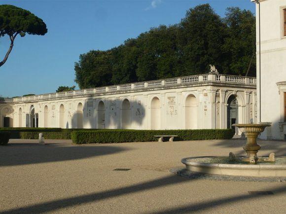 800px-VillaMedicis-Cours-les_ateliers_et_terrasse_du_bosco